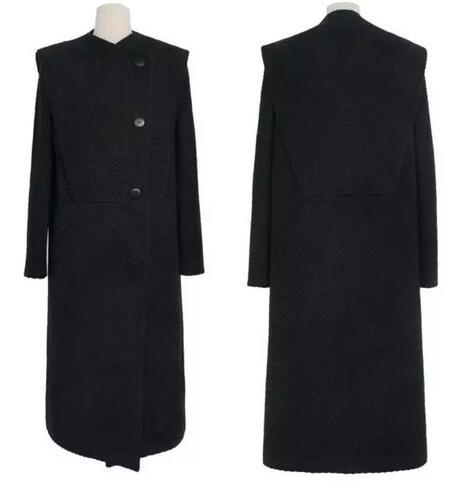 黑色大衣搭配运动鞋的造型打造出轻松舒适感